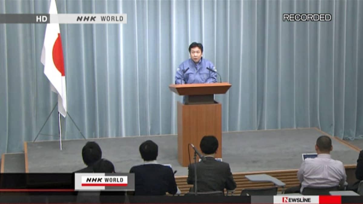 Yukio Edano pitää tiedotustilaisuutta  Fukushiman ydinvoimalan ykkös- ja kolmosreaktorin tilanteesta.