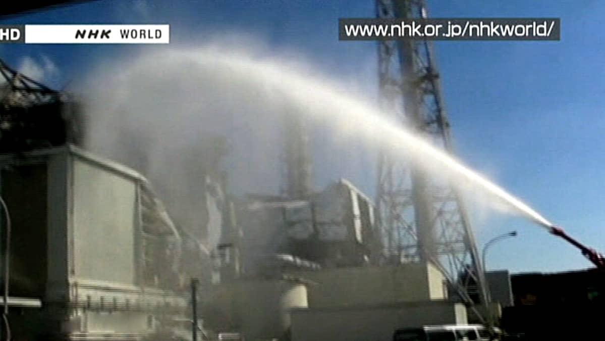 Voimalaan suihkutetaan vettä