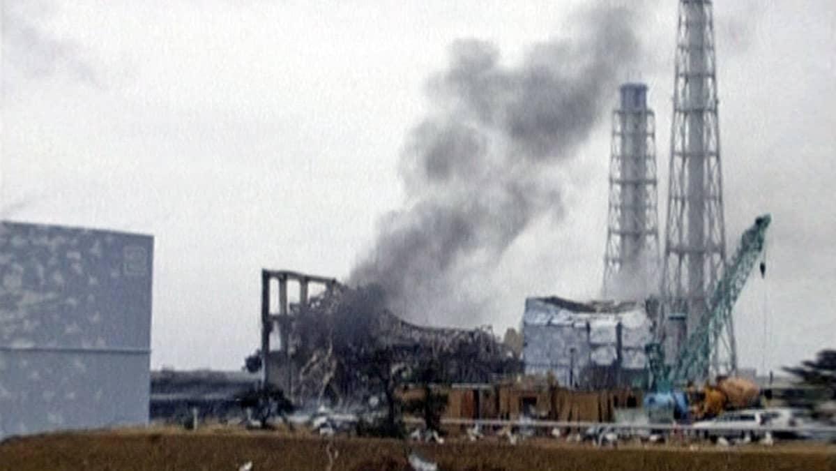 Ydinreaktorin raunioista nousee harmaata savua