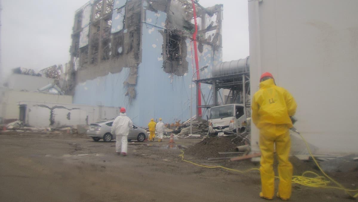 Pelastustyöntekijät työskentelevät vaurioituneen Fukushiman ydinvoimalan päävalvontahuoneen juurella.