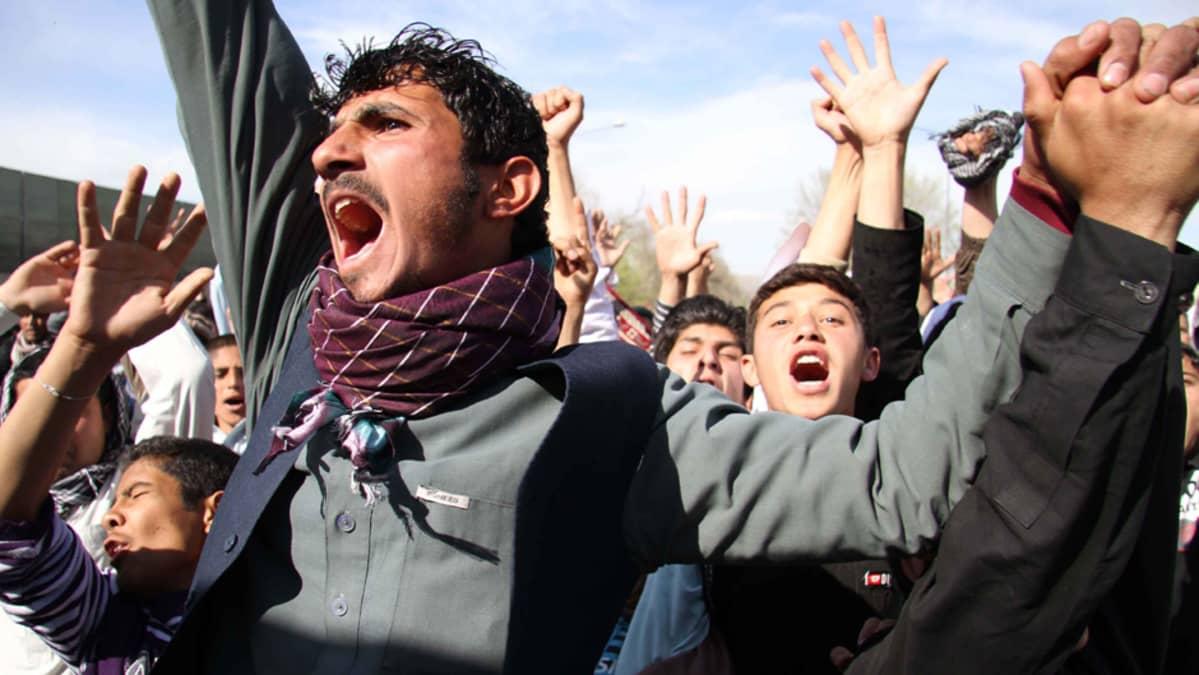 Ihmiset osoittavat mieltään Floridassa sattunutta Koraanin polttoa vastaan Kabulissa Afganistanissa.