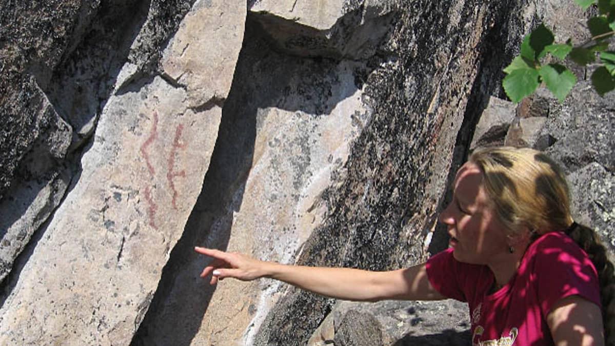 Kallioista löytyy myös esihistoriassa hakattuja käärmemäisiä kuvioita
