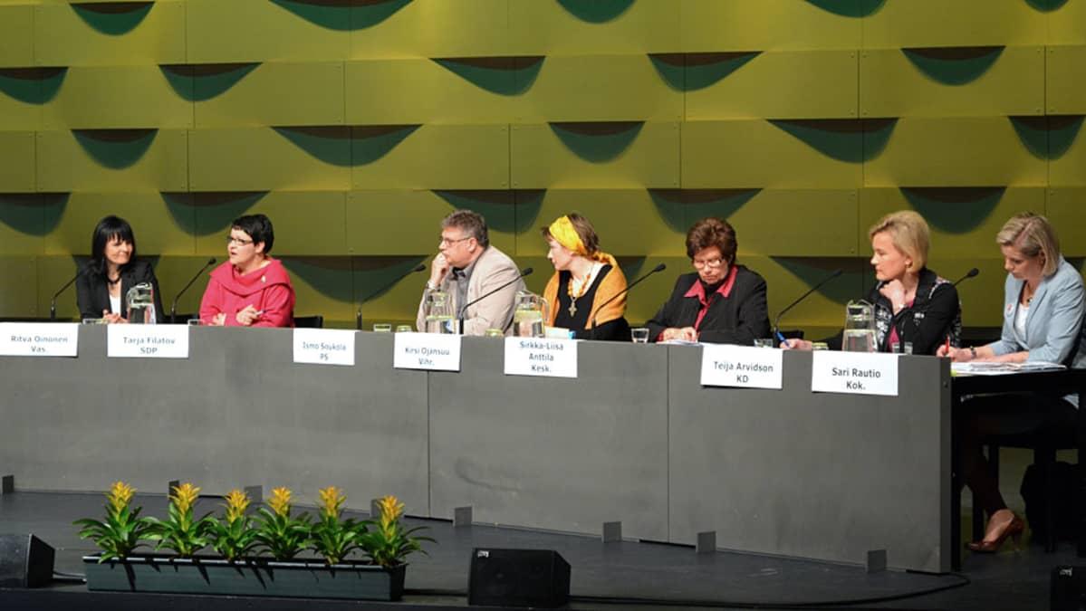 Vaalipanelistit pöydän takana