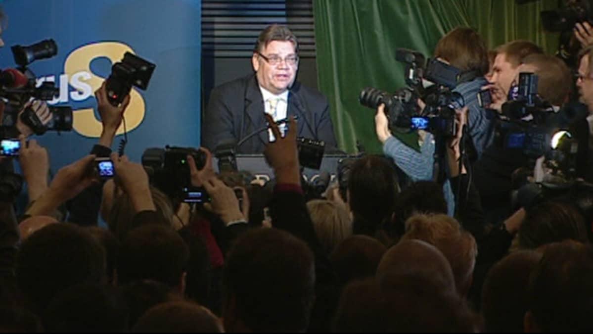 Timo Soini vaalivalvojaisissa.