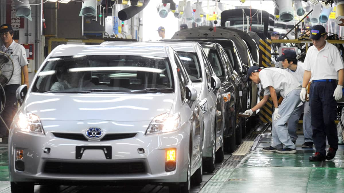 Automekaanikot työskentelivät japanilaisen Toyotan tehtaalla Aichin maakunnassa  kesäkuussa 2009.