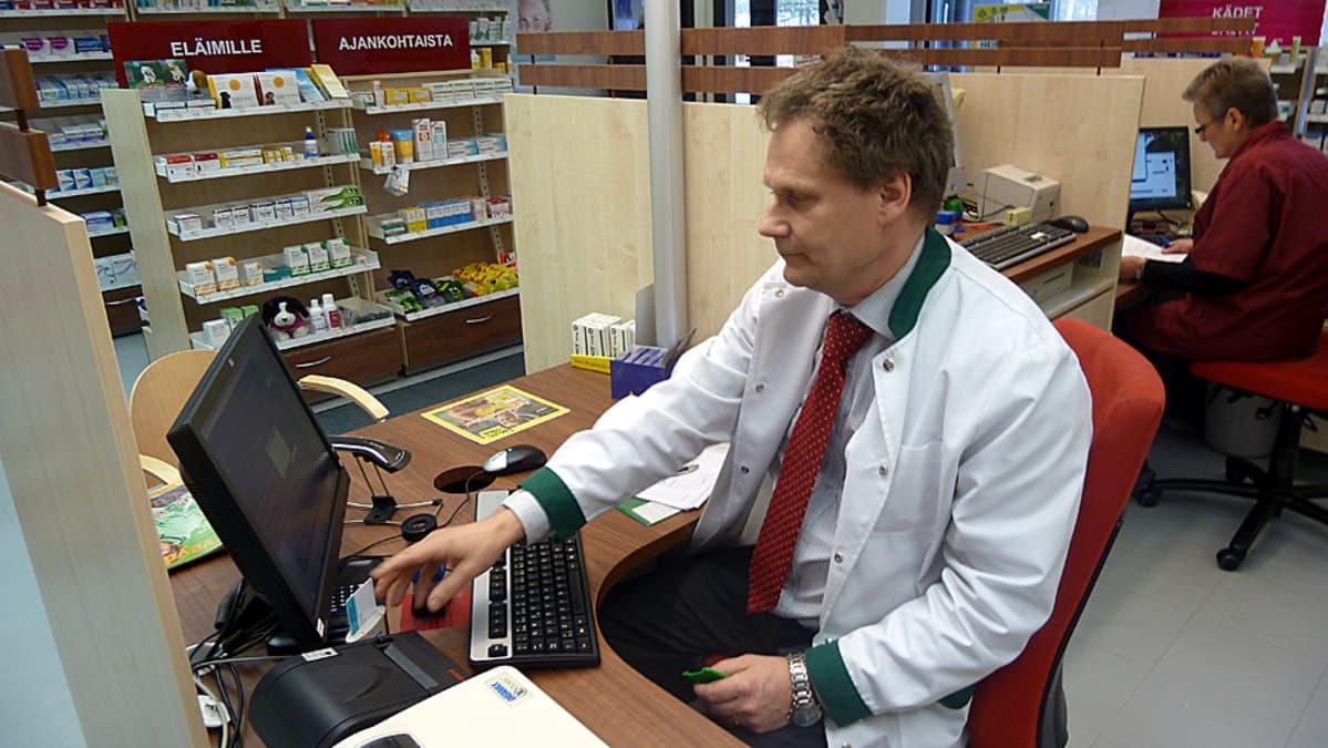 Simon apteekkari Heikki Pennanen kirjautuu e-reseptijärjestelmään henkilökohtaisella sirukortillaan.