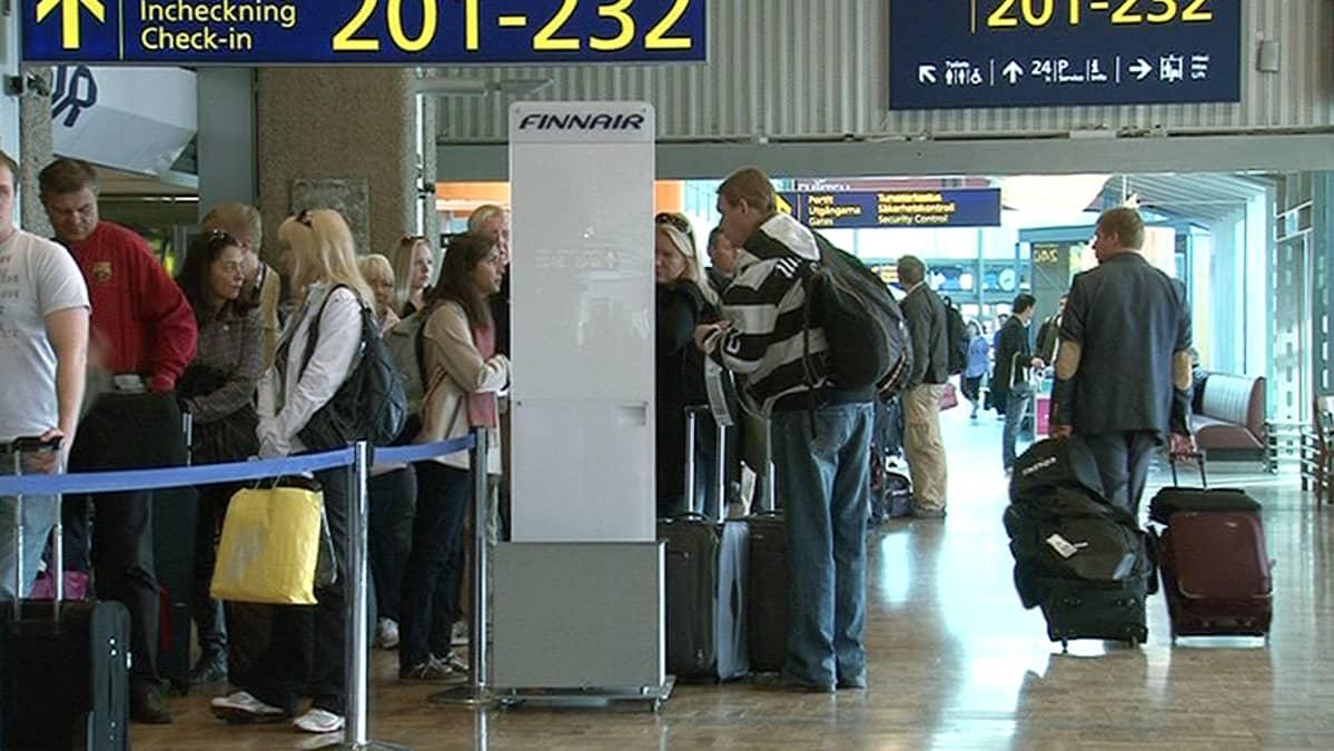 Ihmisiä lentoasemalla.