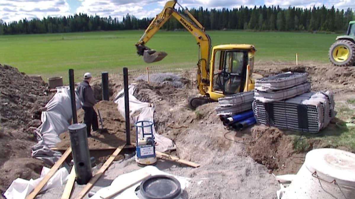 Suodatuskenttää kaivetaan omakotitalon tontille.