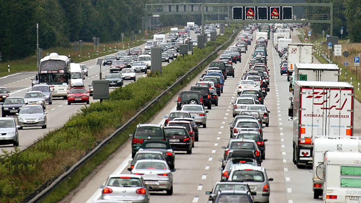 Lomaliikennettä moottoritiellä.