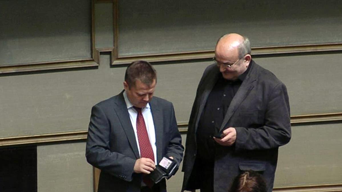 Vasemmiston kansanedustajat Markus Mustajärvi ja Jyrki Yrttiaho eduskunnassa 22. kesäkuuta.