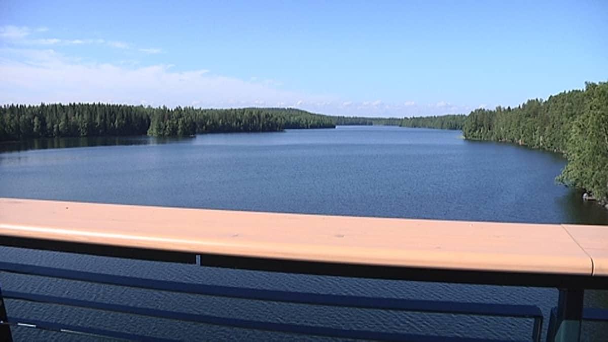 Näkymä sillalta Särkijärvelle.