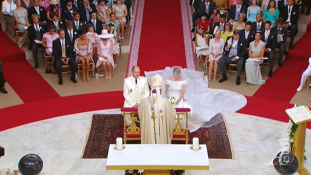 Monacon ruhtinas Albert ja eteläafrikkalainen Charlene Wittstock saavat kirkollisen siunauksen katolilaisessa seremoniassa.