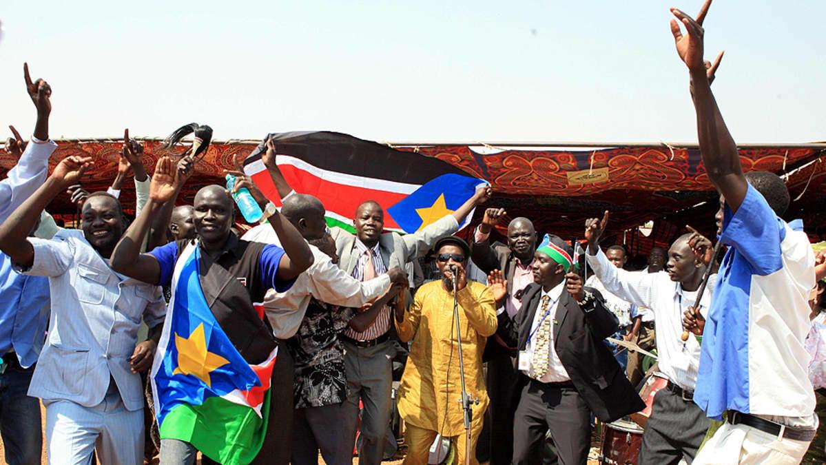 Eteläsudanilaiset riemuitsevat kuultuaan itsenäisyydestä käydyn kansanäänestyksen alustavat tulokset.