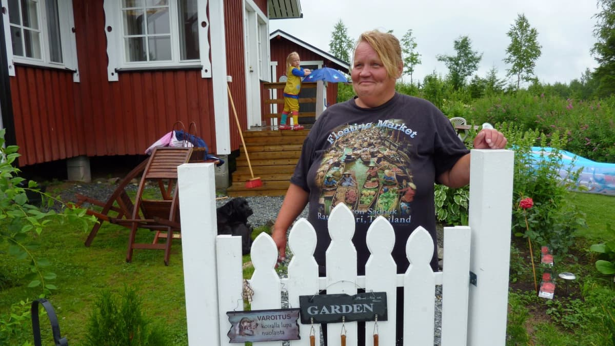 Seija Lindström siirtolapuutarhassaan.