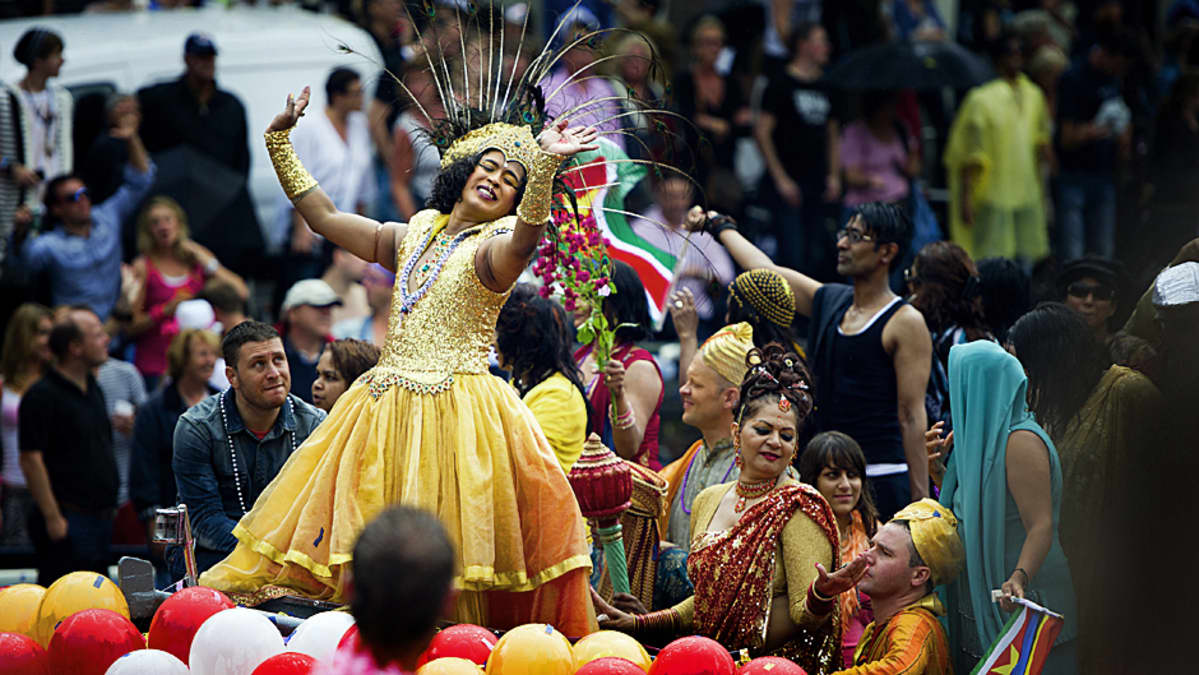 Drag-queen tanssii paraatissa