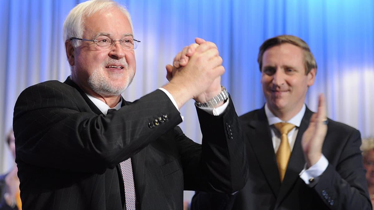 Kristillisdemokraattien Schleswig-Holsteinin väistyvä puheenjohtaja Peter Harry Carstensen (vas.) ja uusi puheenjohtaja Christian von Boetticher.