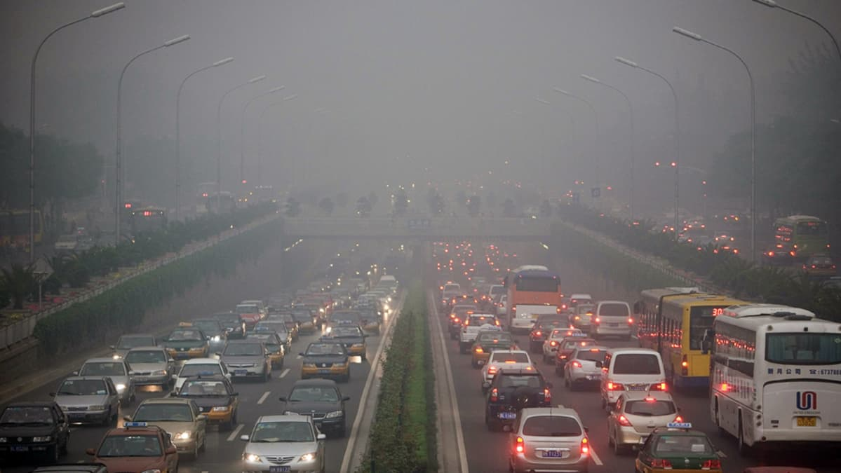 Aamuruuhka liikenteen aiheuttamassa savusumussa Pekingissä