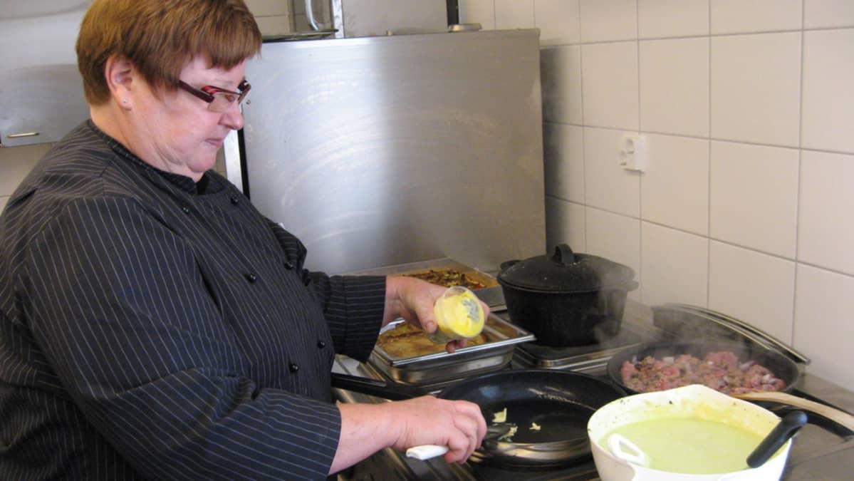 Sisko Siljamo tietää, että tryffeliä on käsiteltävä hellästi.