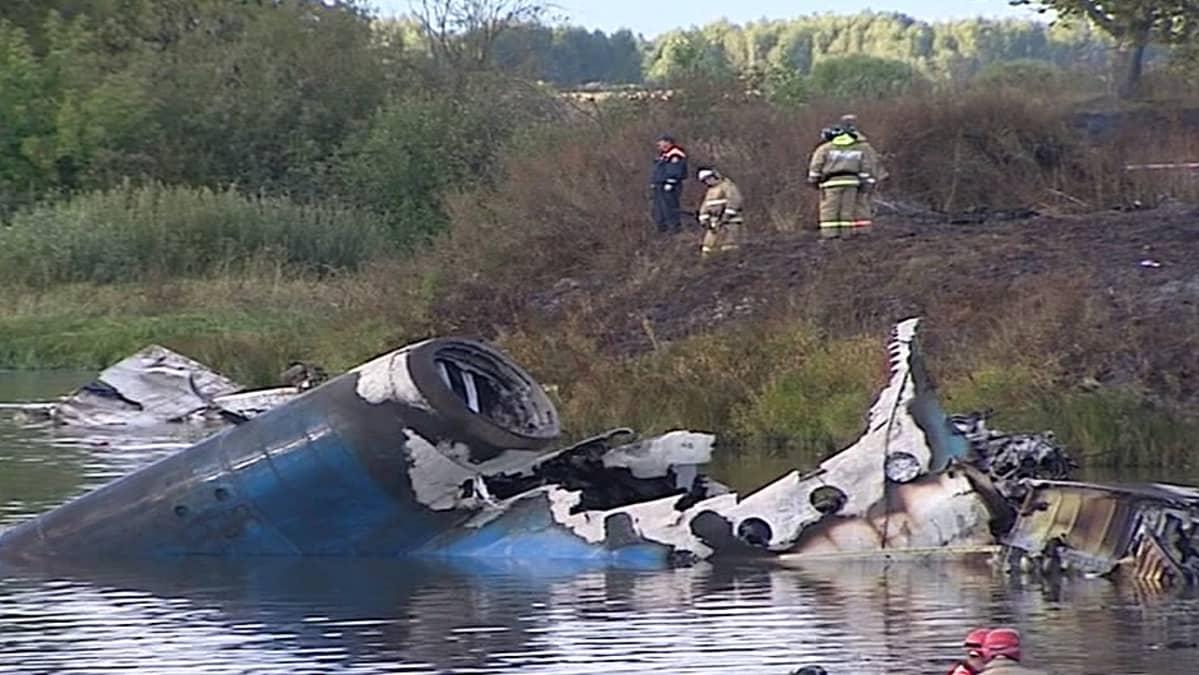 Pelastushenkilöstöä koneen hylyn ympärillä.