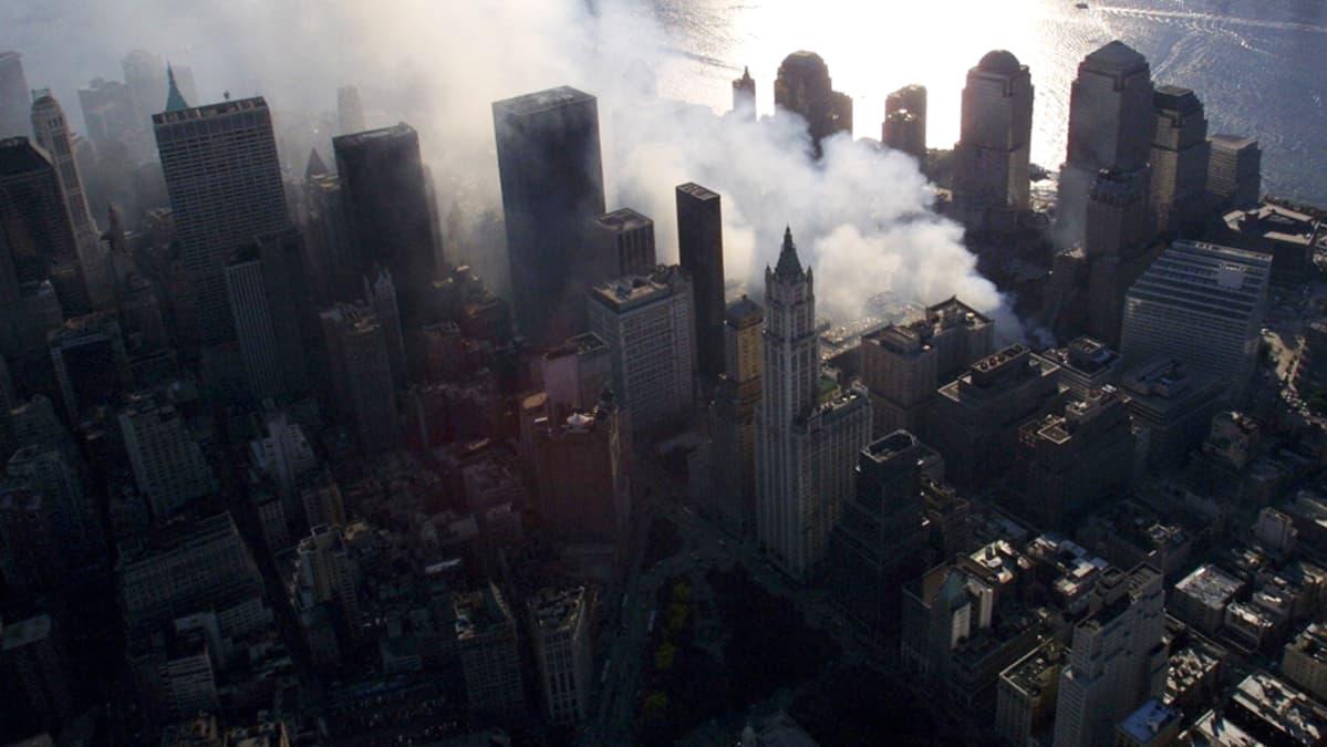 WTC-raunioilta nousee savua New Yorkissa syyskuussa 2001.