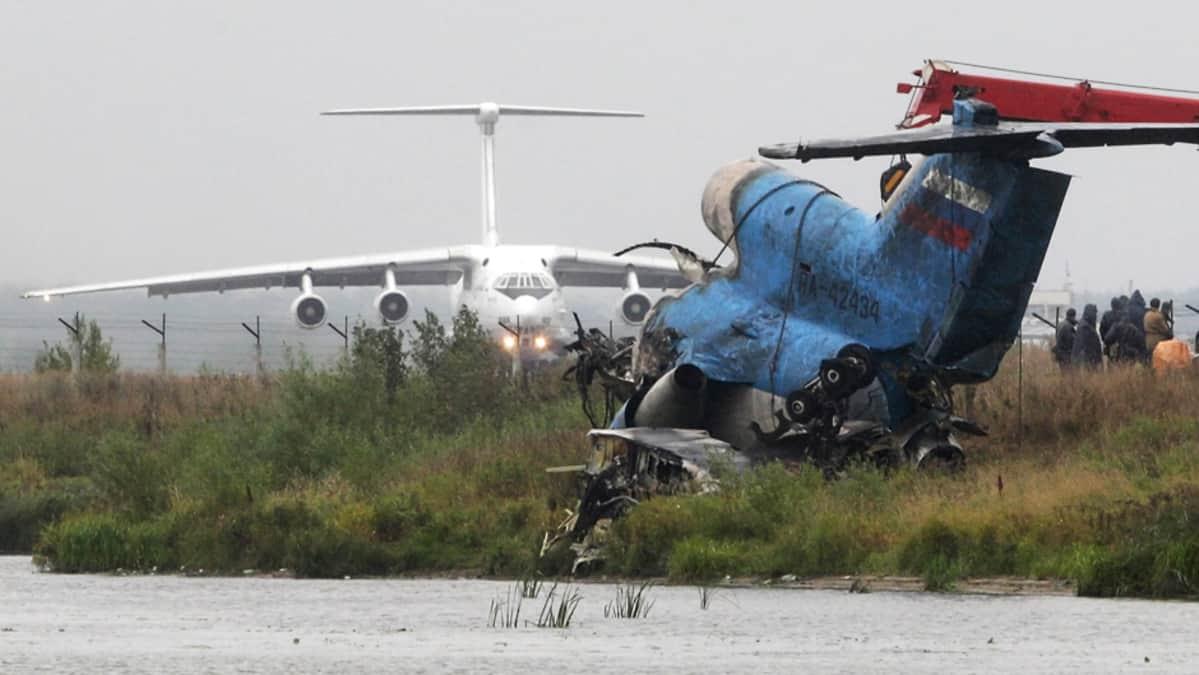 Vaurioituneita lentokoneen osia kerätään Jaroslavlin lähellä.