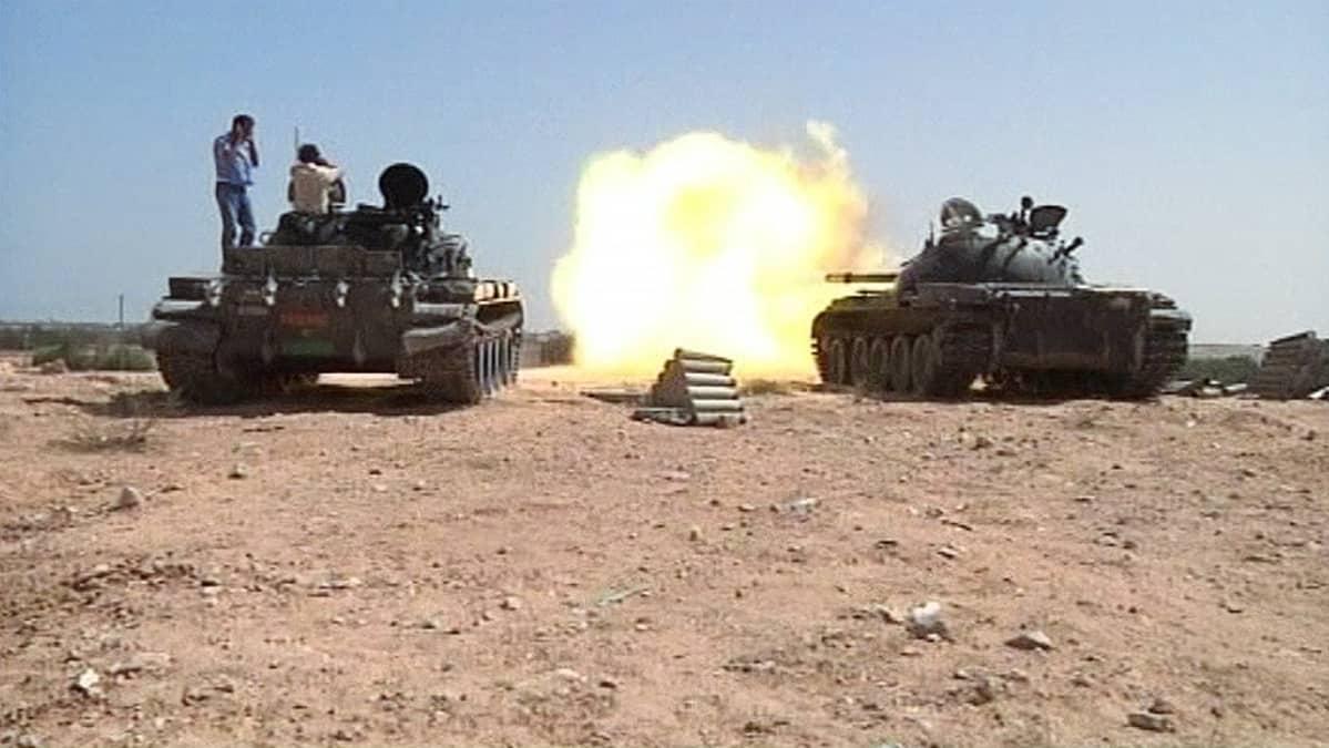 Kapinalliset tulittavat panssarivaunuilla Gaddafin tukijoiden asemia Sirtessä.