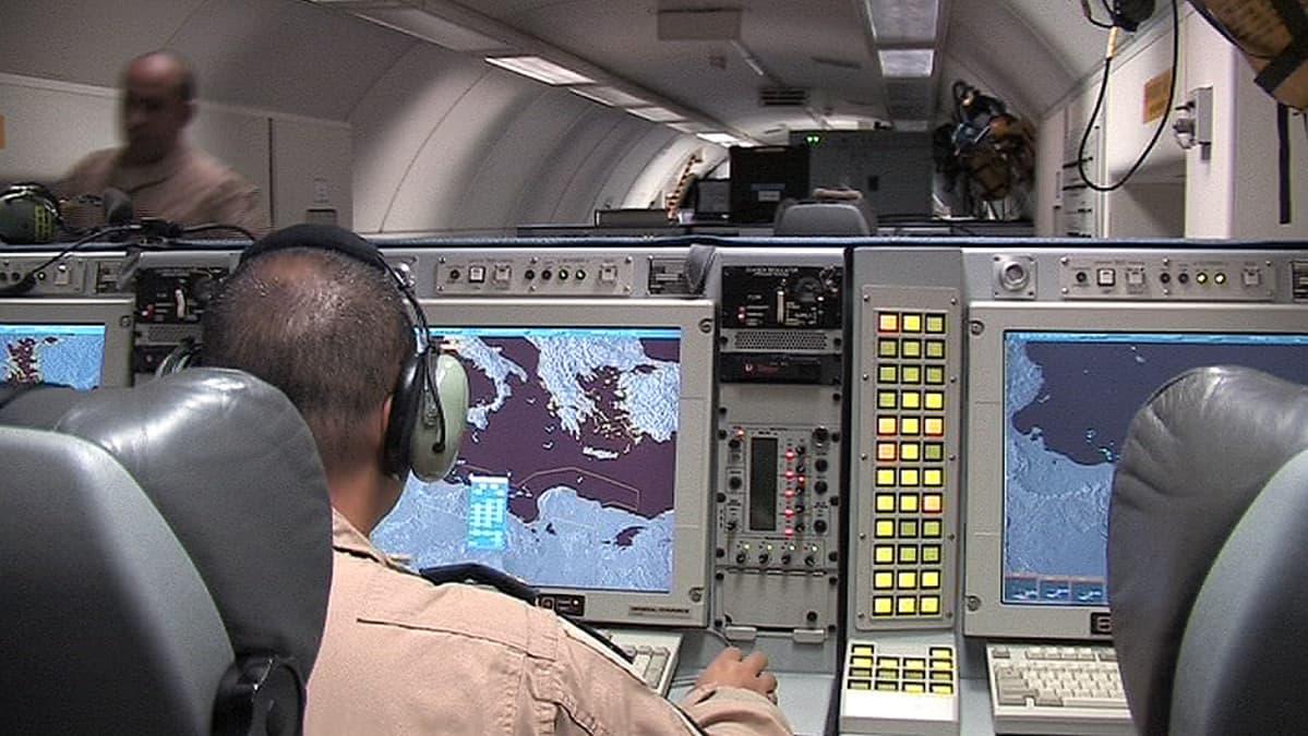 Valvontalaitteistoa AWACS-lentokoneen sisällä.