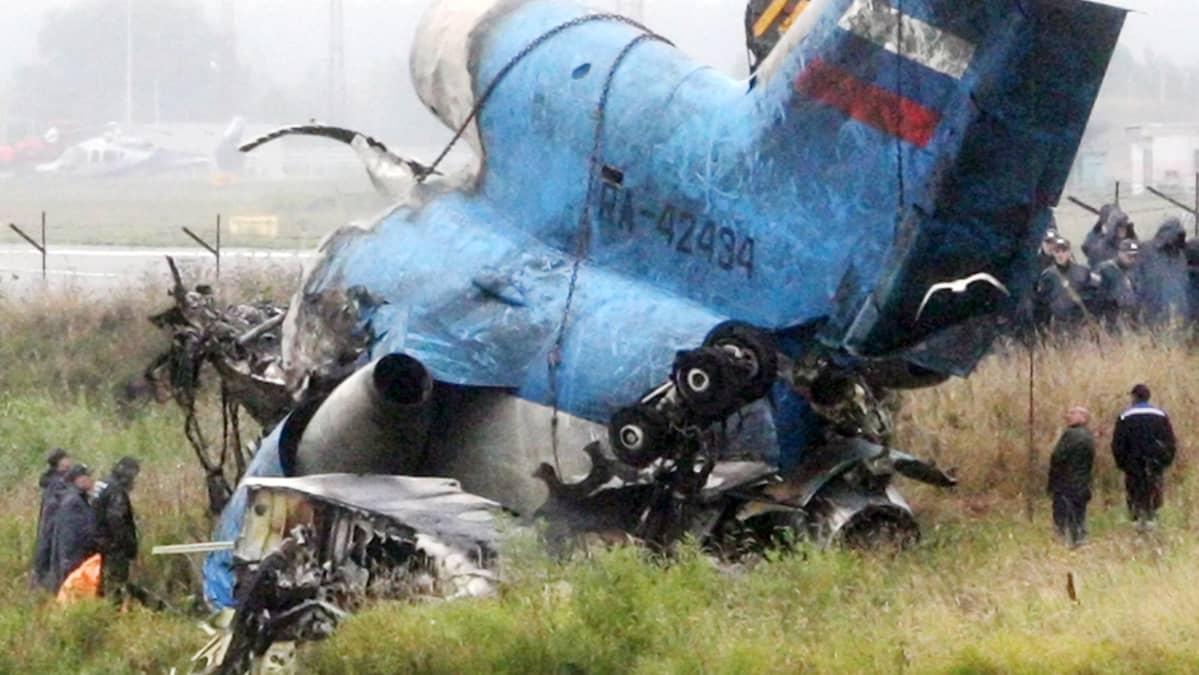 Onnettomuudessa murskaantunut lentokone Venäjän Jaroslavlissa.