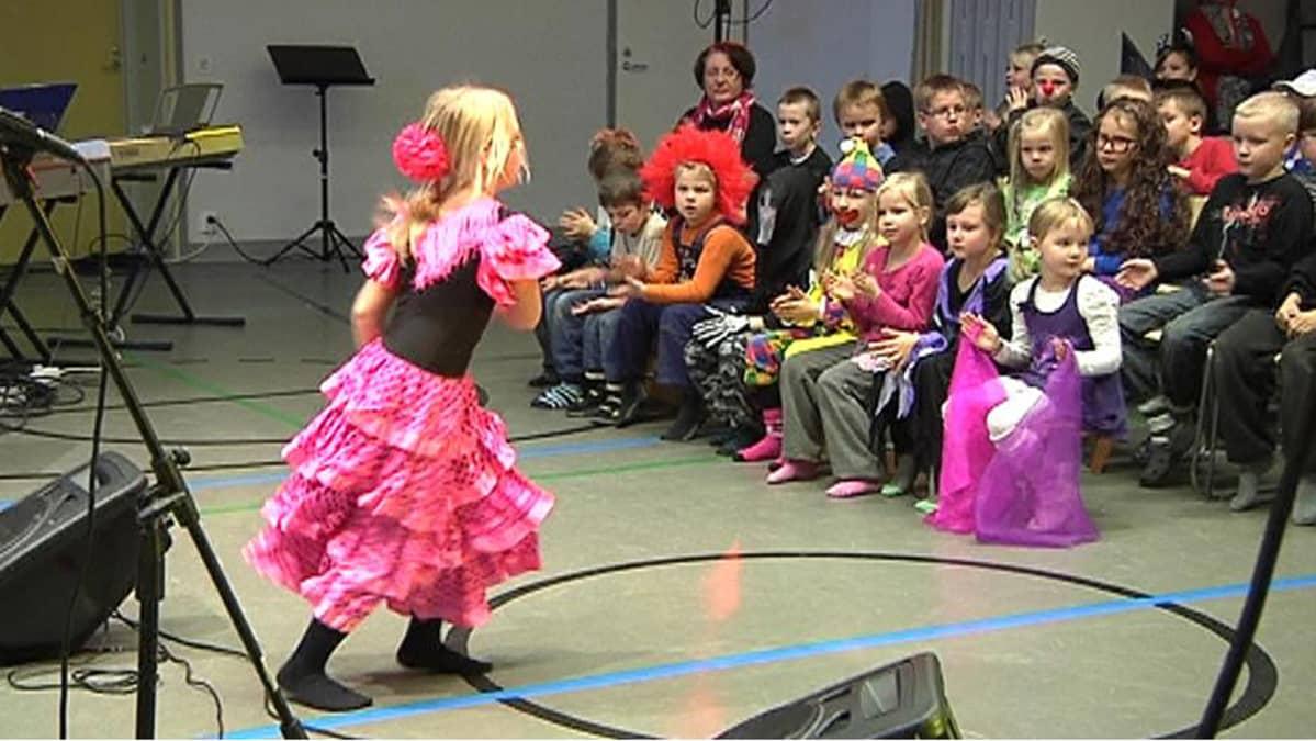 Kivikon koulun Nenäpäivää vietettiin Talent-kilpailun merkeissä.