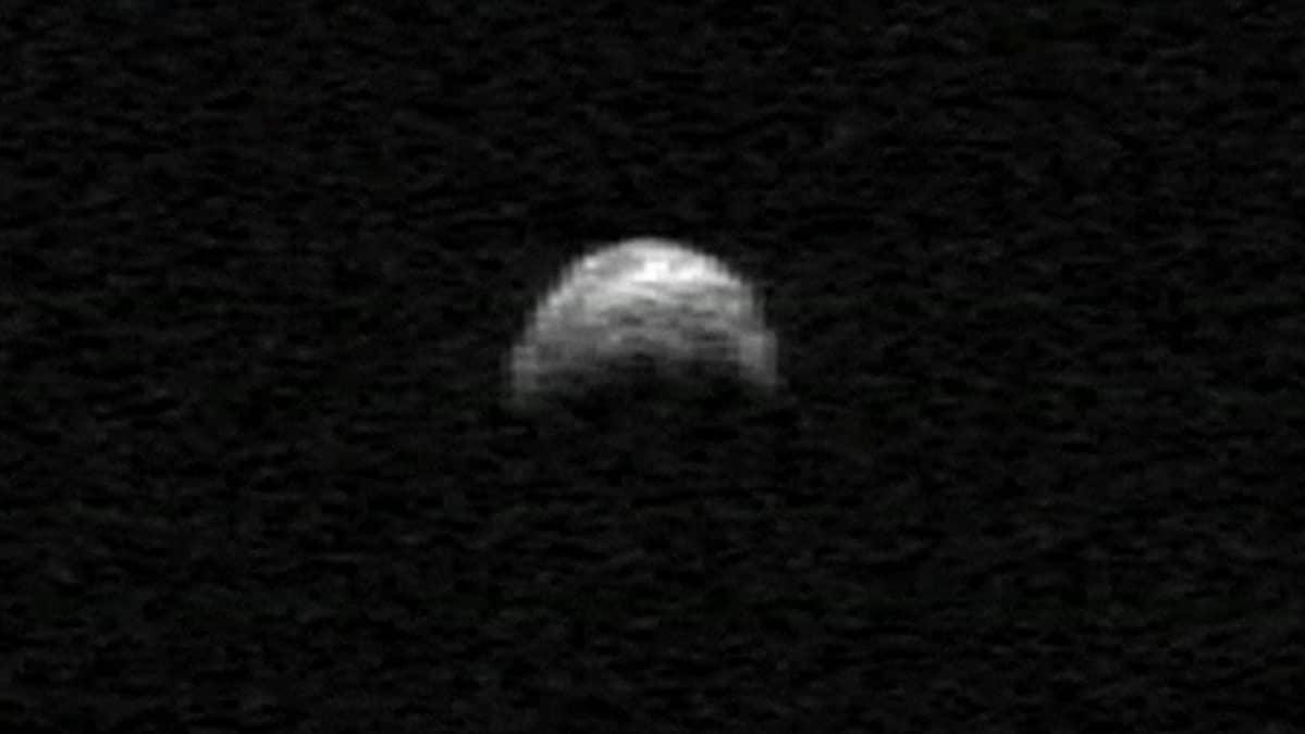 Asteroidi YU55 tutkakuvassa vuonna 2005.