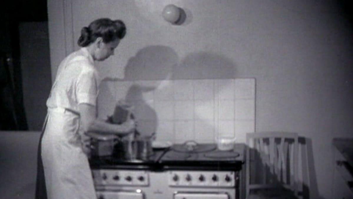Nainen laittaa ruokaa.