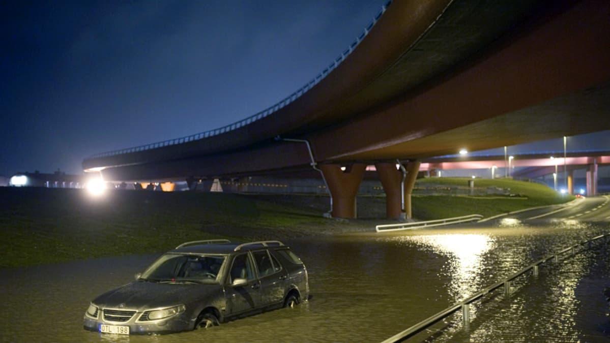 Auto jumissa tulvavedessä Göteborgissa.
