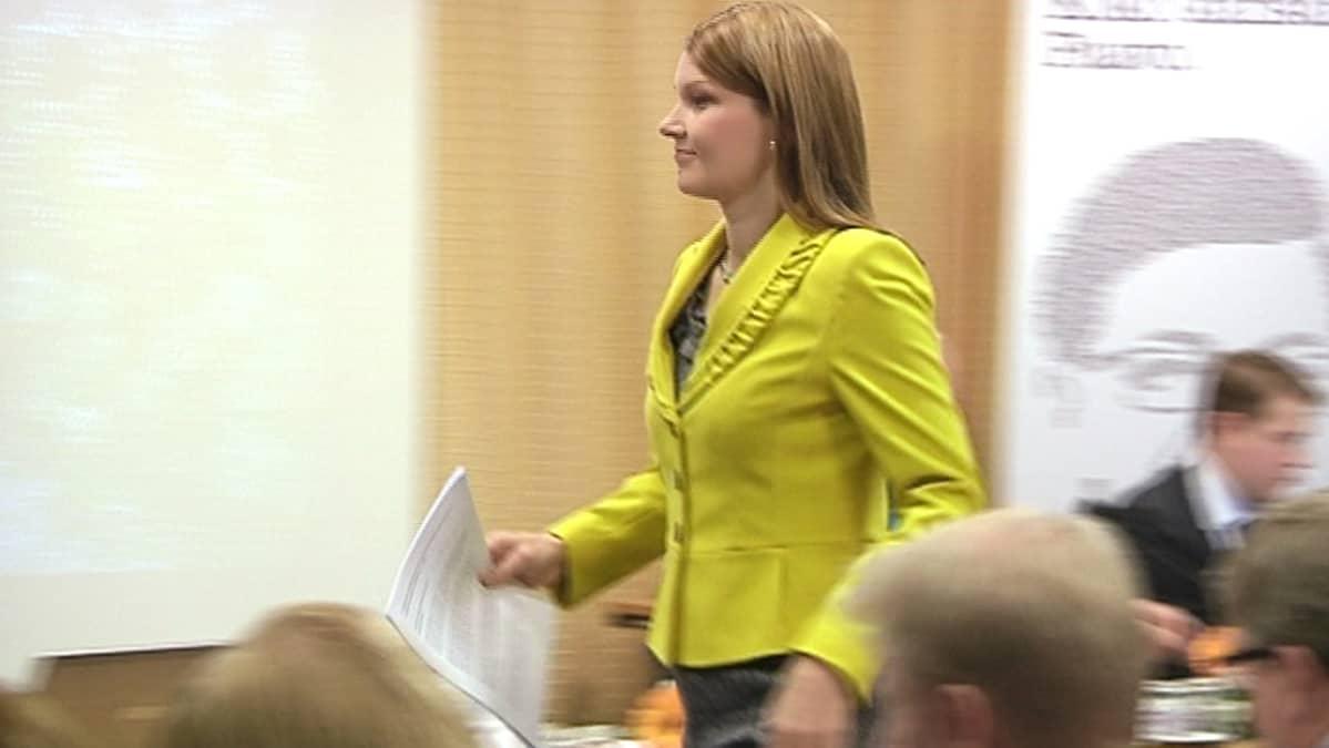Mari Kiviniemi keskustan puoluevaltuuston kokouksessa.