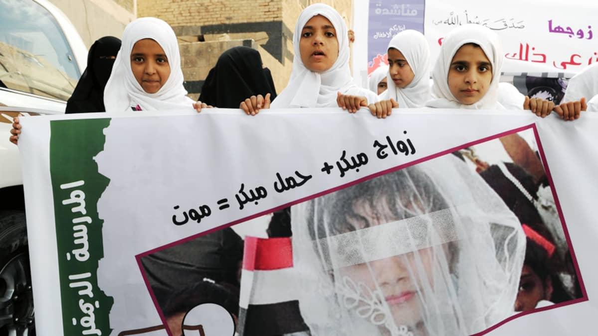 Jemeniläiset opiskelijat osoittavat mieltään lapsiavioliittoja vastaan Sanaassa.
