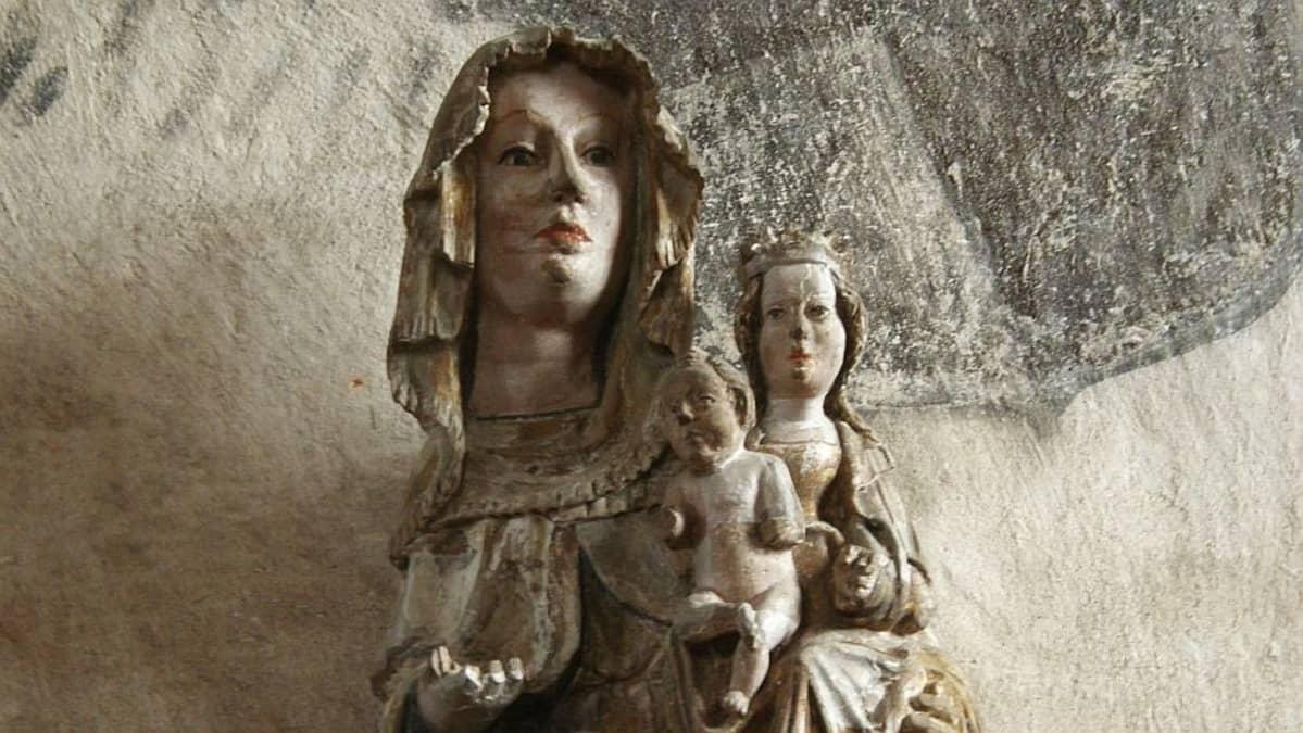 """Hattulan Madonna on """"Liedon mestarin"""" koulukunnan tunnetuin työ 1300-luvulta. Hattulan Pyhän Ristin kirkossa on säilynyt eniten keskiajan veistoksia."""