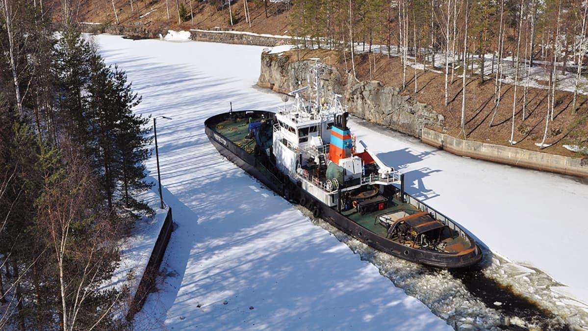 Jäänmurtaja Protector saapumassa Kanavansuulle  Lauritsalassa Saimaan kanavassa.