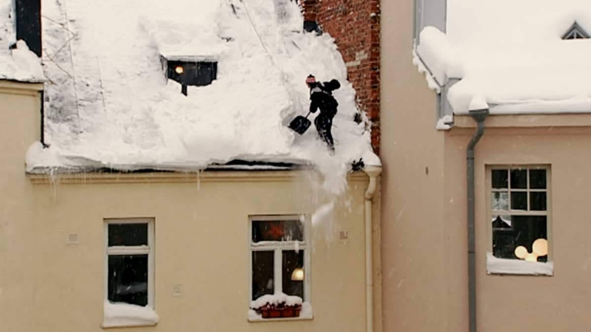 Lumenpudottaja vanhan kerrostalon katolla.