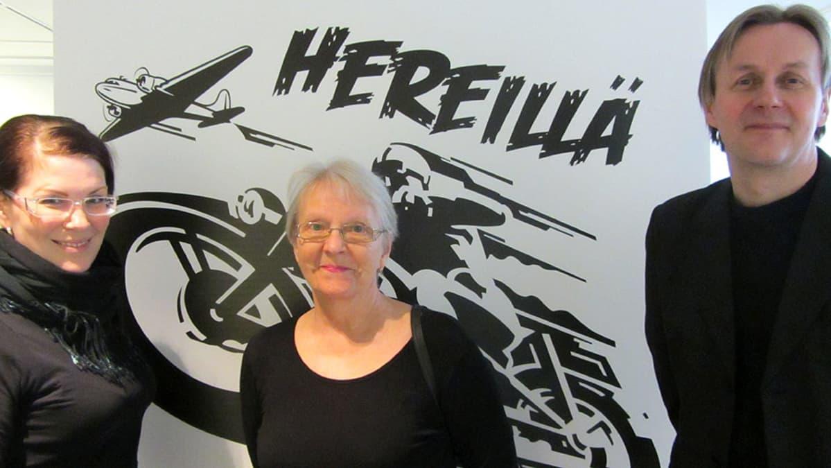 Kemin kaupunginvaltuutettu Sari Moisanen ja sarjakuvakeskuksen Anja Holpainen ja Ilpo Koskela.