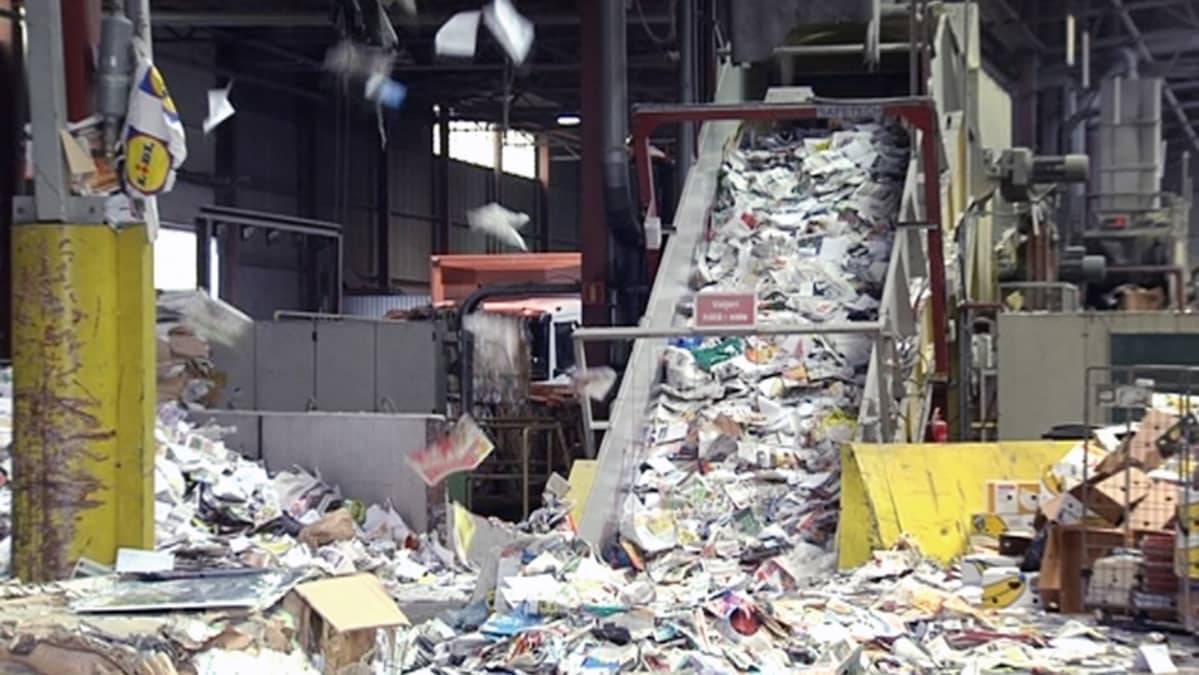 Paperia kerätään Paperinkeräys Oy:n lajittelukeskuksessa Helsingissä.
