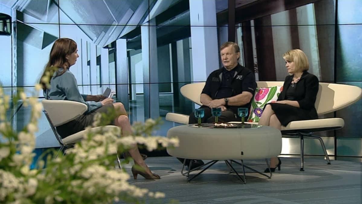 Tampereen yliopiston dosentti Matti Rimpelä ja sisäministeri Päivi Räsänen A-studion vieraina toukokuussa 2012.