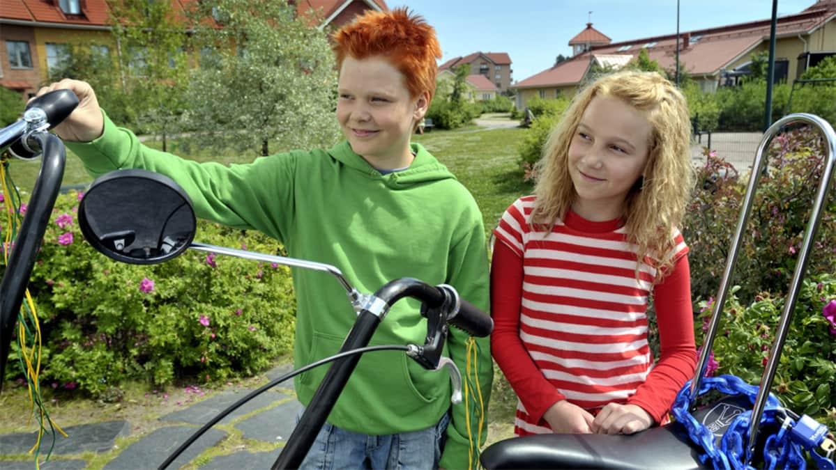 Severi Heikkilä ja Lauramaija Luoto elokuvassa Risto Räppääjä ja polkupyörävaras.