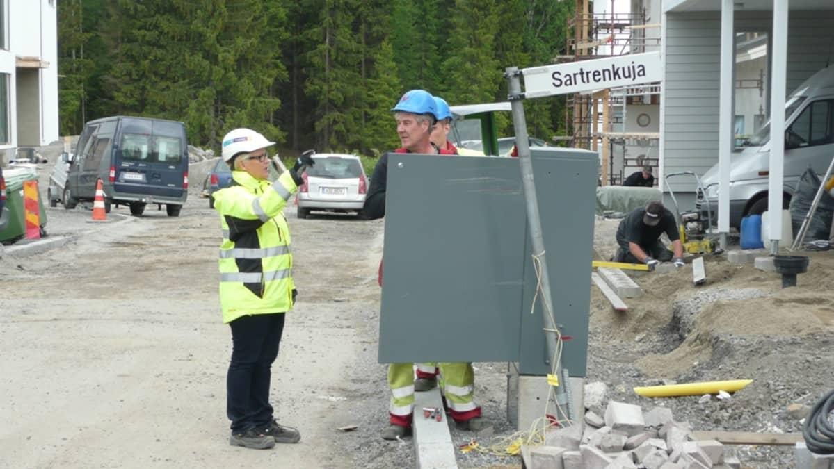Aluevalvoja keskustelee sähkömiesten kanssa Vuoreksessa.