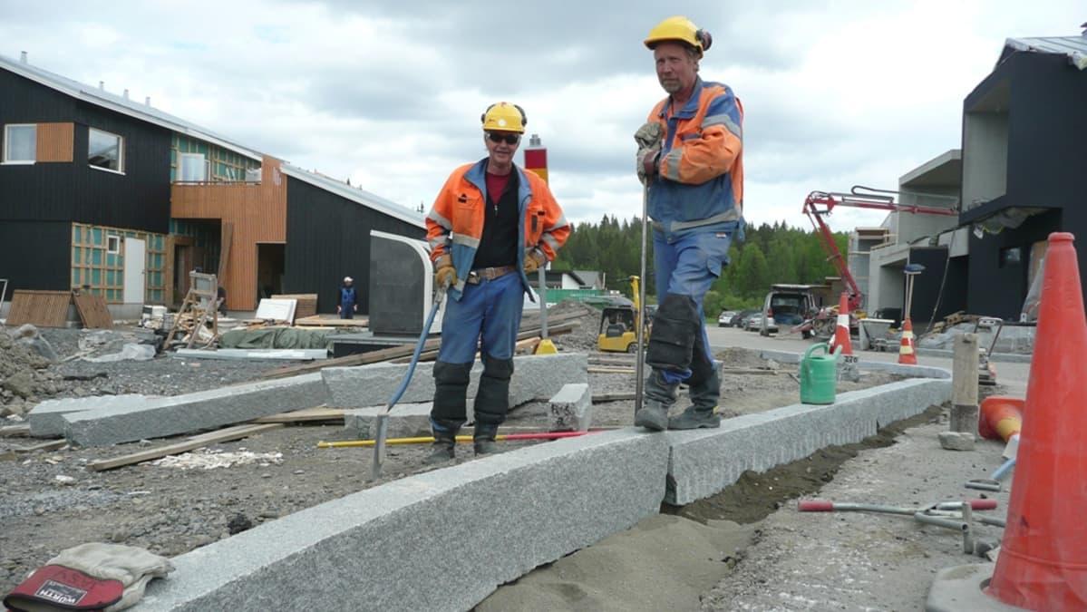 Kivimiehet Mäkinen ja Leiko Vuoresta rakentamassa