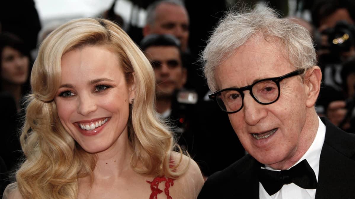 Rachel McAdams (vas.) ja Woody Allen (oik.)