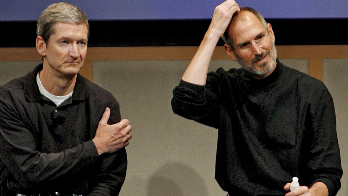 Tim Cook ja Steve Jobs yhteiskuvassa.