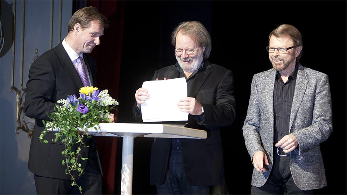 Ruotsalaisen teatterin johtaja Johan Storgård (vas.) ja Kristina från Duvemåla -musikaalin sanoittajat ja säveltäjät Benny Andersson ja Björn Ulvaeus allekirjoittivat sopimuksen musikaalin tuotannosta joulukuussa 2009.