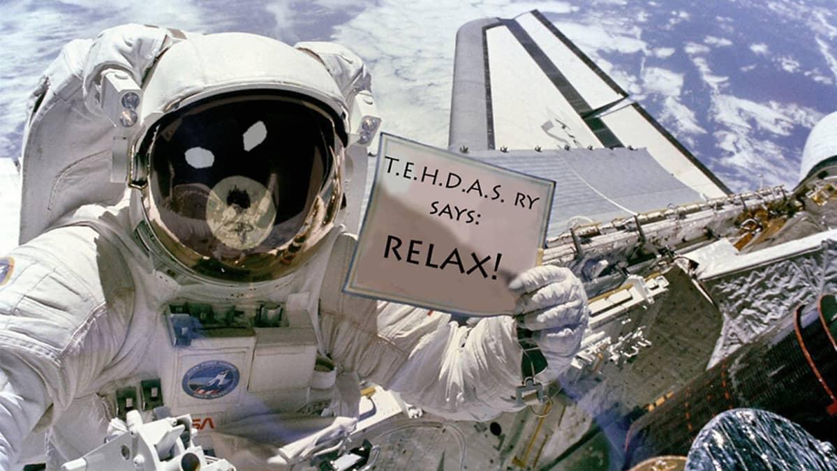"""Astronautti näyttää kylttiä avaruudessa, jossa lukee: """"T.E.H.D.A.S. RY SAYS: RELAX!""""."""