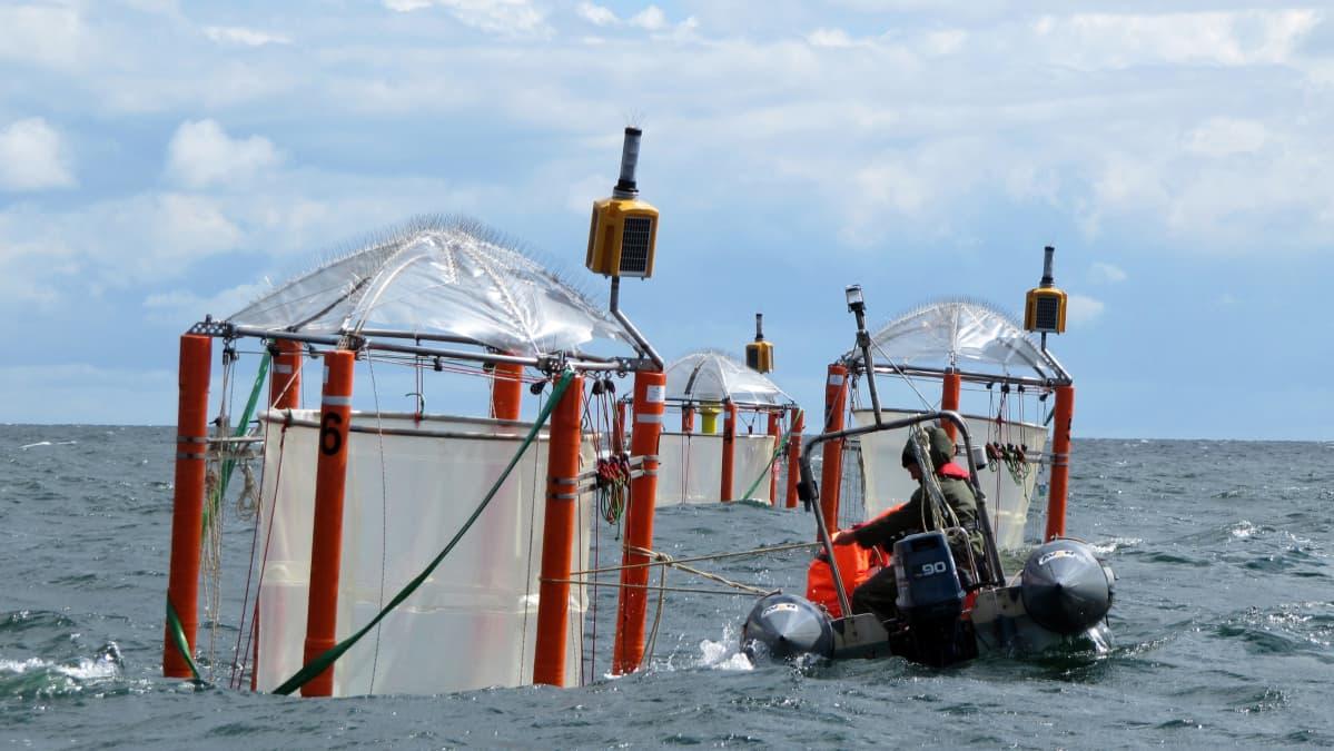 Tutkimuslaitteita merellä.