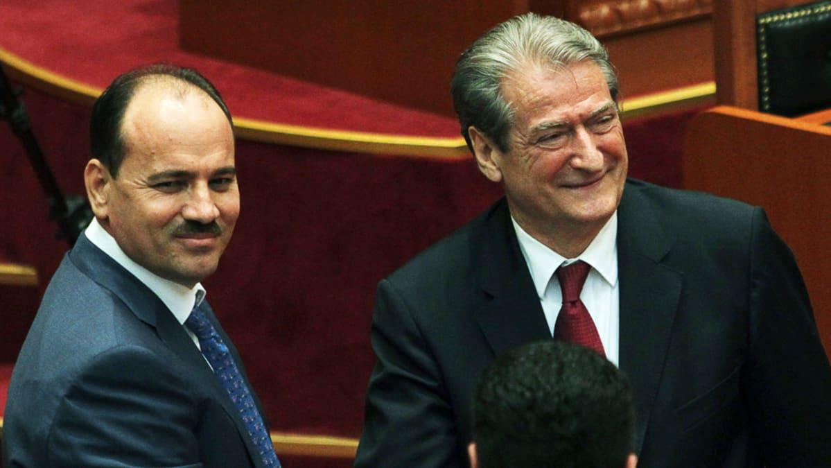 Albanian pääministeri Sali Berisha (oik.) onnittelee maan sisäministeriä Bujar Nishania, joka on valittu maan seuraavaksi presidentiksi.