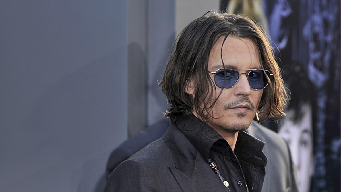 Johnny Depp Dark Shadows -elokuvan ensi-illassa Hollywoodissa 7. toukokuuta.